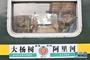 """6月5日,在大杨树站,大杨树二中高三学生鲁贵怡(右)与妈妈乘坐""""高考专列""""。"""