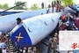 据英国广播公司5月 27日报道,印度北方邦哈利拉巴德市26日发生列车相撞事故,一列客运列车撞上停靠在车站的货运列车,造成客运列车至少6节车厢出轨 ,目前已经造成至少 40人死亡 ,另有超过150人受伤 。一名目击者说,列车相撞时产生巨大冲击力,后车车厢被弹到空中,而后砸向地面。