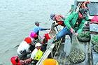 跟随渔民出海 体验挖捕苦与乐