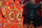巧手编制中国结 红红火火迎新春