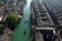 图为航拍镜头下的千年古镇。新华网 祝立铭 摄